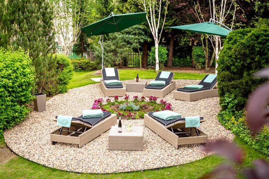Zahrada relax zóna lehátka slunečníky