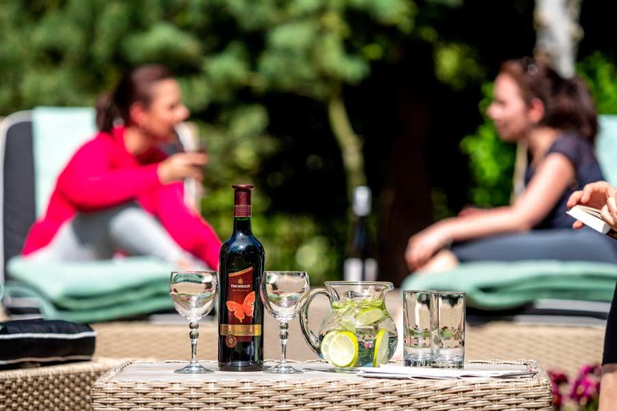 víno zahrada v pozadí s holkama